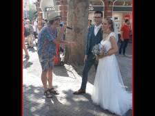 Bruidspaar wordt in centrum Utrecht verrast door optreden Van Piekeren