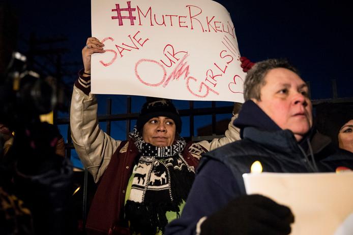 Vrouwen protesteren voor Kelly's studio in Chicago.