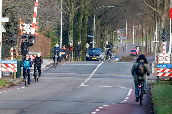 Een van de gevaarlijkse verkeerspunten voor fietsers: de spoorwegovergang van de d'Almarasweg.