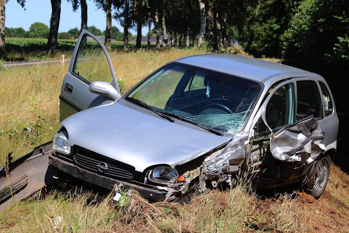 Eén van de zwaar beschadigde auto's na ongeluk in Uden