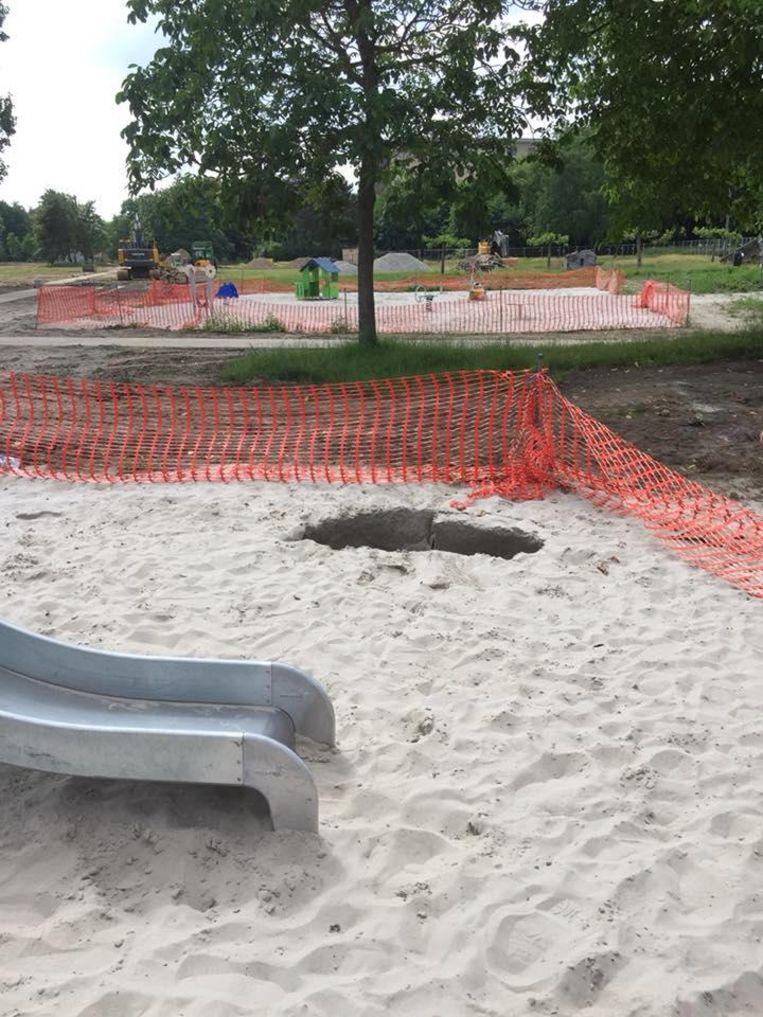 Op enkele plaatsen in de speeltuin verschenen putten in het zand.
