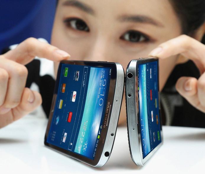 Avec les Galaxy Round, Samsung a été le premier à présenter un téléphone avec un écran incurvé réputé plus sensible et incassable.