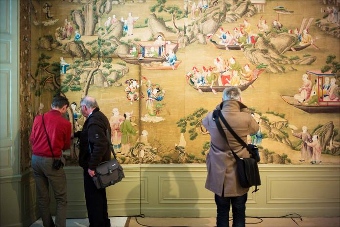 Bezoekers bekijken het Chinese Behang in Oud Amelisweerd.