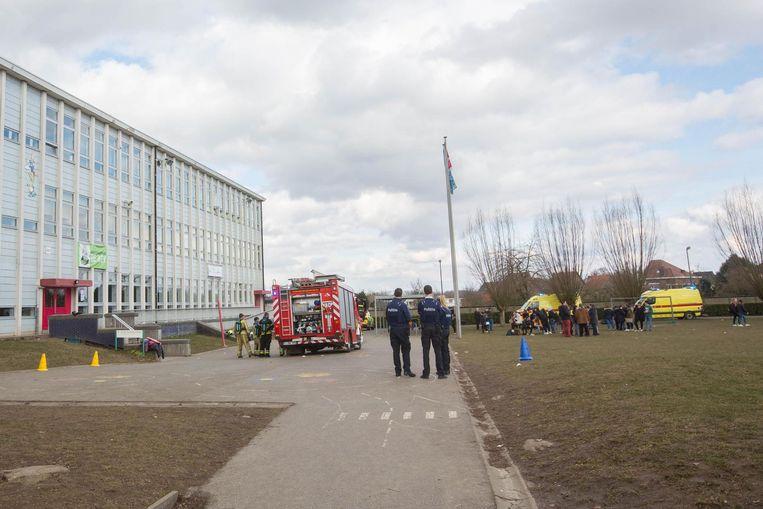De hulpdiensten kwamen massaal ter plaatse, terwijl de leerlingen opgevangen werden op het grasveld voor de school.