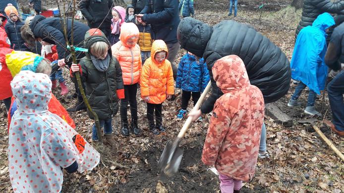 Kleuters van De Touwladder mochten dit jaar helpen op Boomfeestdag in het buitengebied van Kaatsheuvel.