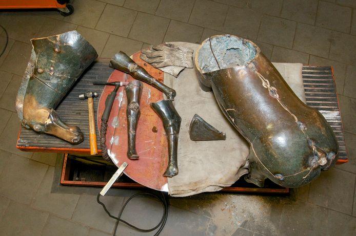 Een deel van de bronzen brokstukken die weer het beeld Paard moeten worden, gefotografeerd in juni. foto Marc Pluim