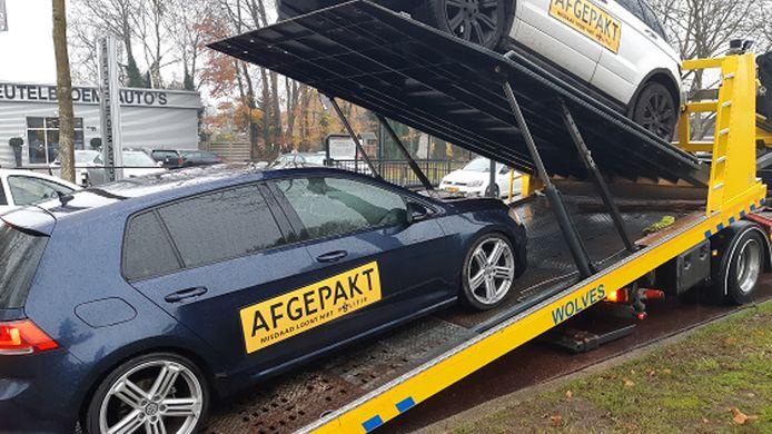 De politie heeft in Apeldoorn twee auto's in beslag genomen in onderzoek naar mensenhandel.