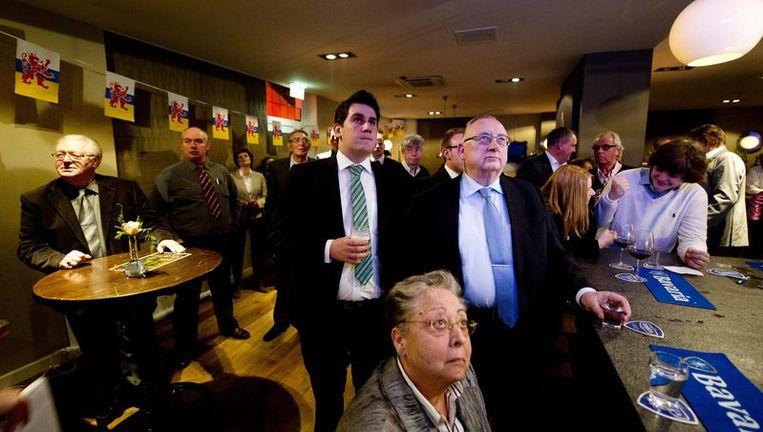 Bezoekers van de uitslagenavond van de PVV wachten op de eerste uitslagen van de Provinciale Verkiezingen in het Limburgse Echt. Beeld null
