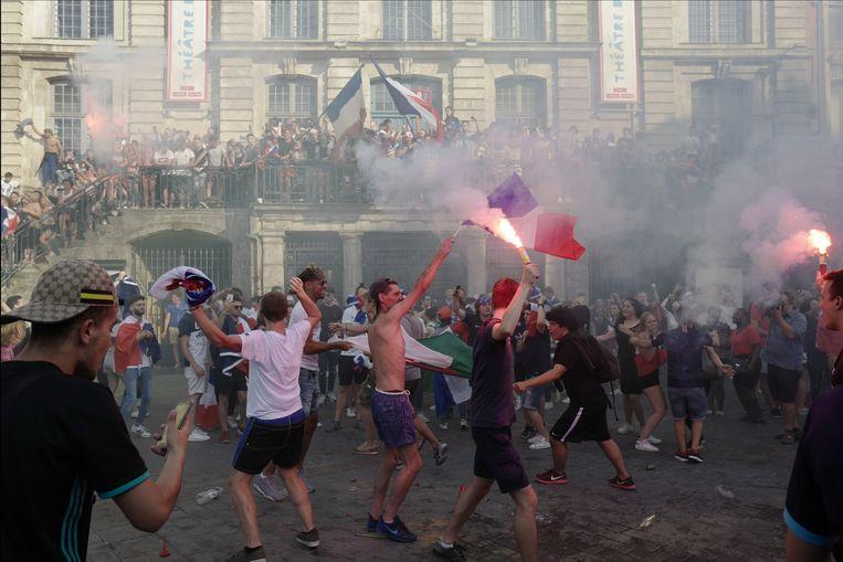 Franse voetbalfans zijn uitzinnig na de winst op het WK voetbal, op sommige plekken loopt het uit de hand.