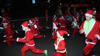 Kerstmannen en -vrouwen lopen in sfeervol De Haan