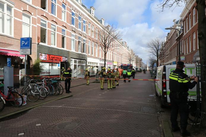 De Weimarstraat is afgezet bij de woning waar een dode is gevallen.