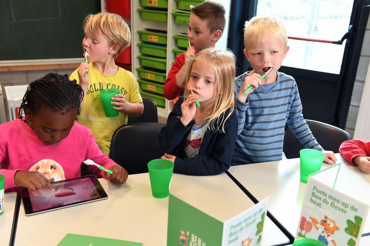Via de tablet kunnen de kinderen het tandenpoetslied van de CM bekijken en beluisteren.