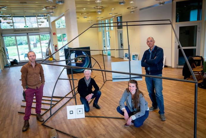 Bard Sloven, Piet Zegveld, Rosa Helldorfer en John Tomasowa (vlnr) exposeren tot 6 mei in het voormalige ABN AMRO-gebouw in Oosterbeek.