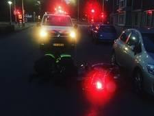 Scooterrijder bewusteloos door botsing tegen geparkeerde auto