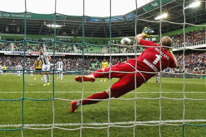 VVV-doelman Lars Unnerstall stopt de strafschop van FC Groninger Mimoun Mahi.