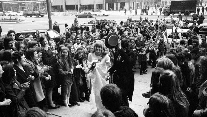 Joke en Floor Krijgsman werden op hun trouwdag onthaald door leerlingen op de Coolsingel.