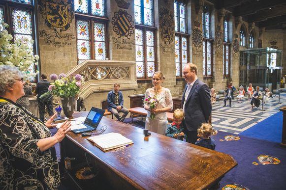 Schepen Mieke Van Hecke doet de huwelijken weer zelf, zonder mondmasker maar vanop veilige afstand.