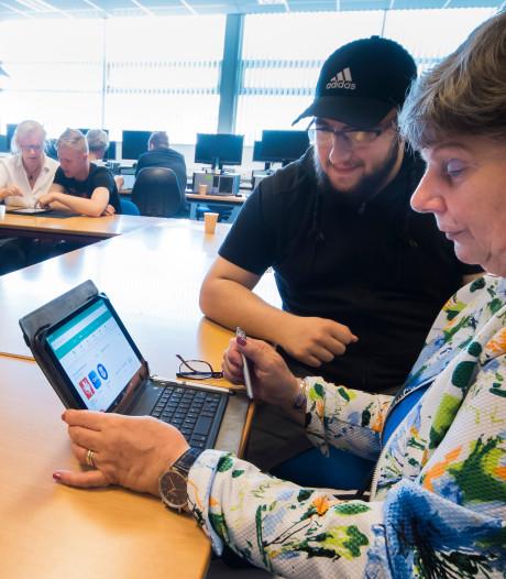 Jonge Almelose studenten helpen ouderen op de iPad