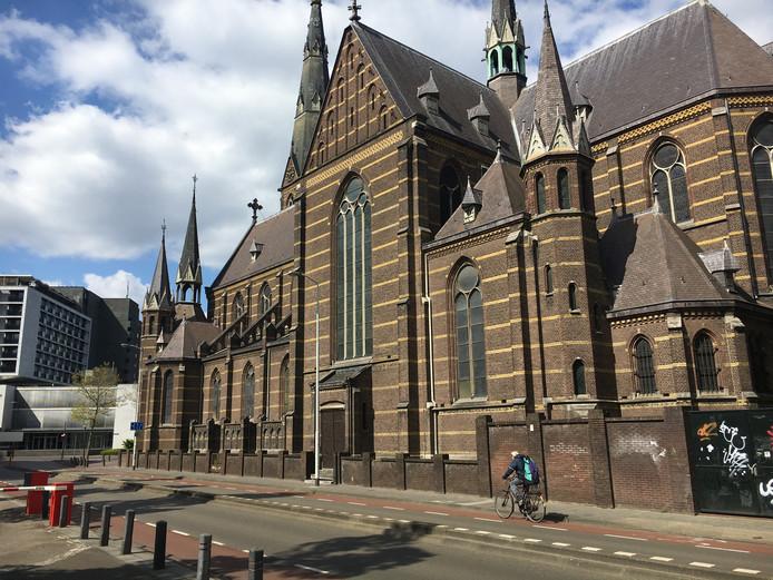 Mariënhage aan de Kanaalstraat in Eindhoven, hier de Paterskerk met in het midden de zij-ingang die plaatsmaakt voor een groot raam en links de uitstekende biechtstoelen die zouden moeten verdwijnen.
