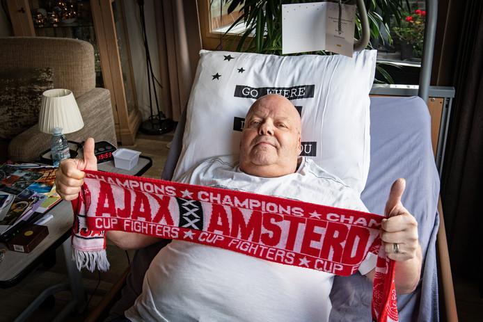 Jopie: 'Een oude Ajax-fan heeft mij zijn sjaal gestuurd. Hij kan zelf niet meer naar het stadion omdat hij blind is.'