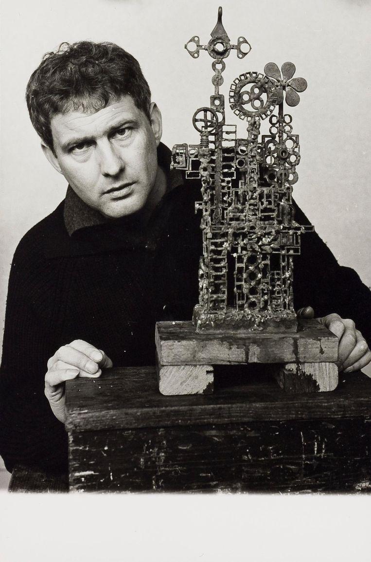 Jan Wolkers met de bronzen sculptuur John Coltrane in 1963. Beeld Nederlands Jazz Archief