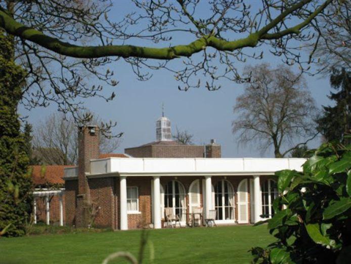 Architect Jos Bedaux tekende voor het woonhuis met praktijk van de Moergestelse huisarts Van Delft aan de Oirschotseweg