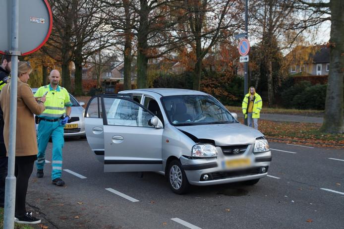 Gewonde bestuurster bij botsing tussen twee auto's Groenewoudlaan Waalwijk