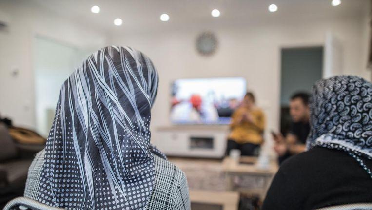 In een Brabantse woonkamer volgen 'Afrin-Koerden' de gebeurtenissen in Syrië via televisie en telefoon. Van familie krijgen ze berichten door van wat zich daar afspeelt. Beeld John van Hamond