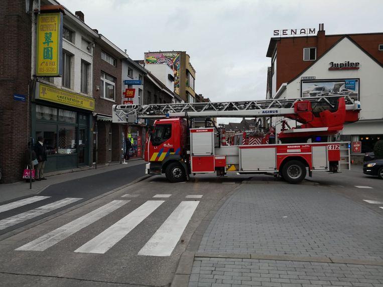 De brandweer moest uitrukken voor een brandalarm in een krantenwinkel langs de Nekkerspoelstraat.