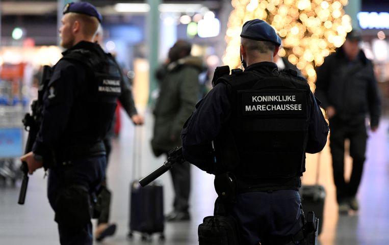 Marechaussee patrouilleert op Schiphol. Beeld REUTERS