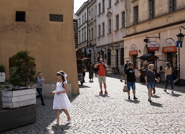 Een meisje viert haar eerste communie in het centrum van Lublin.  Beeld Piotr Malecki