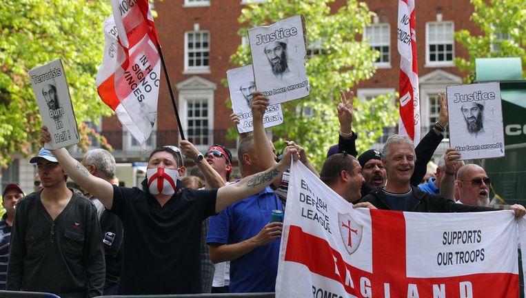 Leden van de English Defence League staan bij de Amerikaanse ambassade in Londen tegenover een demonstratie van Islamieten die protesteren tegen de VS. Beeld getty