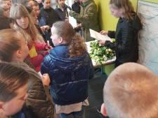Groep 8 van Apeldoornse basisschool De Marke herdenkt twee in de oorlog omgekomen politieagenten