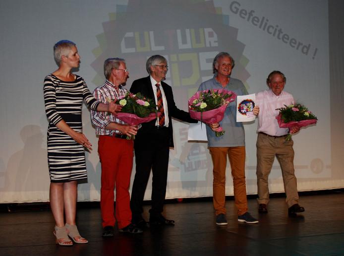 Stichting Vechtdalkunst ontvangt de Cultuurprijs 2016 van de gemeente Ommen uit handen van wethouder Ko Scheele.