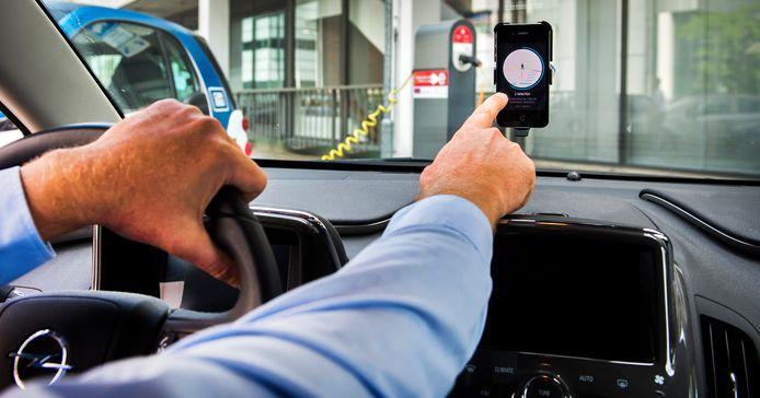Foto ter illustratie. Een chauffeur van Uber accepteert een aanvraag voor een rit van een klant.