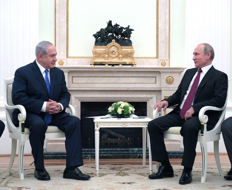 De Russische president Vladimir Poetin (R) praat met de Israëlische premier Benjamin Netanyahu (L) over het conflict in Syrië.