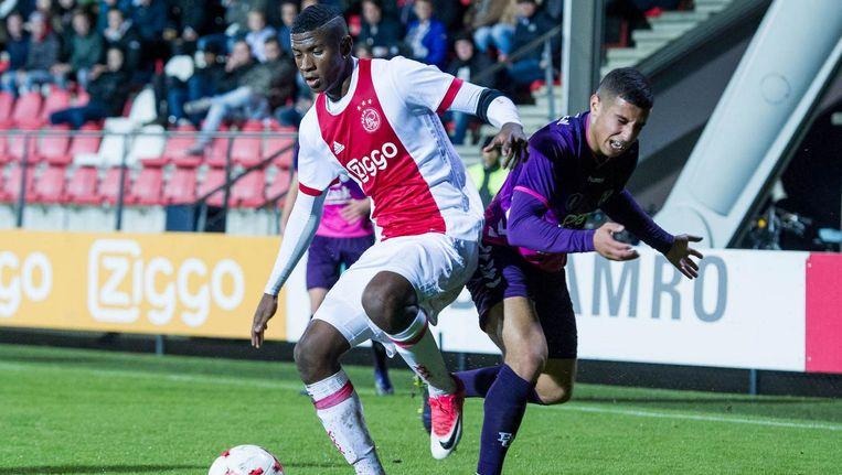 Azor Matusiwa van Jong Ajax (met rouwband) in duel met Utrechtse Bilal Ould-Chikh Beeld Proshots