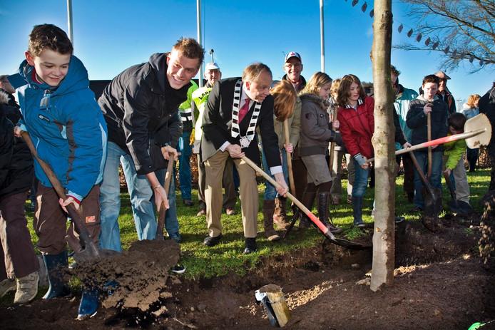 Lars Boom (links naast toenmalig burgemeester Henk Willems) plantte in 2008 de eerste kampioenenboom, aan de Wolput in Vlijmen.