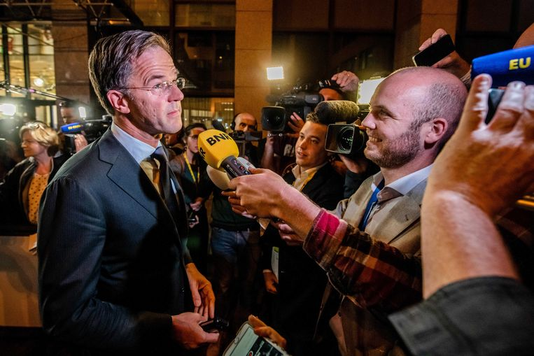 Minister President van Nederland Mark Rutte bij het verlaten van de Europese Top in Brussel. De EU-leiders spreken over de nieuwe invulling van bestuurlijke topfuncties . Beeld ANP
