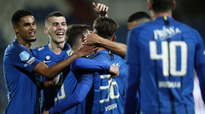 Vreugde bij Vitesse. De spelers van de Arnhemse club vieren de 1-3 van Patrick Vroegh bij Willem II.