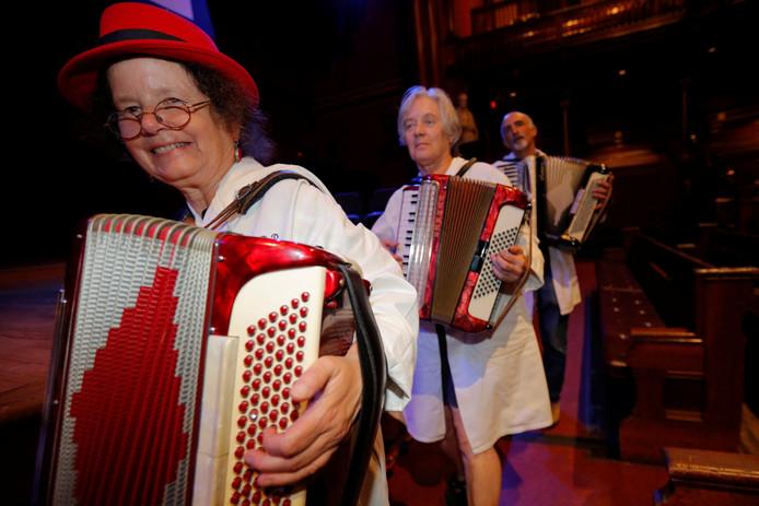 Een harmonica-ensemble uit Boston zorgde voor de muzikale aankleding van het prijzenfestijn.