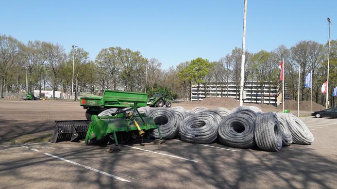 Bij RKC Waalwijk is er in een week tijd al flink wat werk verzet voor de transformatie van kunstgras naar gras. Het trainingsschop is op de schop gegaan.