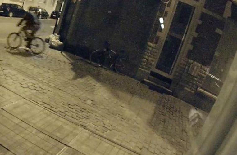 De dief rijdt langs op een andere mountainbike, die wellicht ook gestolen is en die hij zal achterlaten.