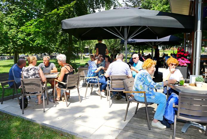 Het is geregeld vol op het terras van Boulevard in Gorinchem. Bezoekers worden blij van het uitzicht en de prettige prijzen.