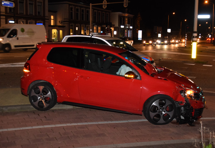 Twee auto's zijn zwaar beschadigd in Doetinchem.