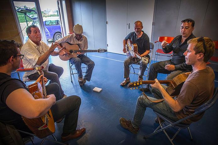 Sinty Jazz Guitar Camp: workshop door Paulus (2e rechts) en Japy (2e links)