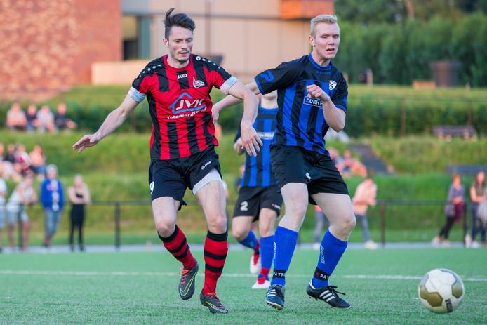 Joost Akkerman (rechts) scoorde tegen Quick 1888 het winnende doelpunt voor Excelsior Zetten. Links aanvaller Thijs Eijkhout van de Nijmegenaren.