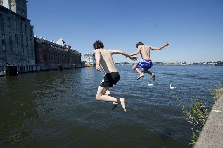 Bij het Stenen Hoofd wordt veel in het IJ gezwommen. Beeld anp
