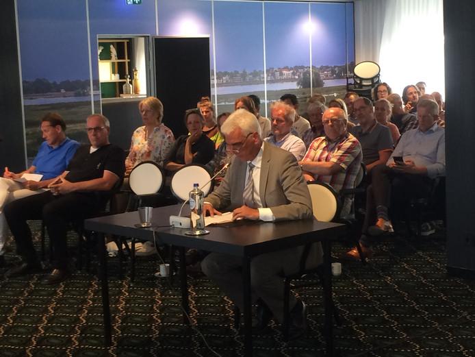 De Maasdrielse wethouder Peter de Vries was een van de insprekers op de hoorzitting over de drie geplande windmolens langs de A2 bij Zaltbommel. Hij ziet het absoluut niet zitten.