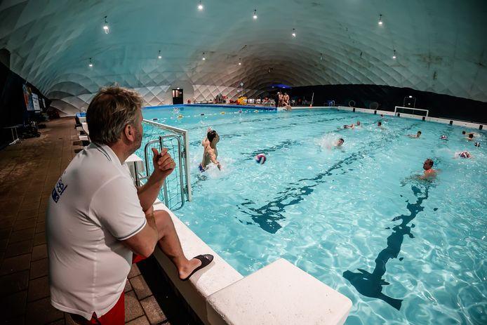 Over het buitenzwembad van De Melanen in Halsteren was een opblaashal geplaatst.